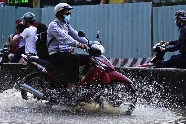 Mỗi khi triều cường lên, việc lưu thông qua đường Huỳnh Tấn Phát rất khó khăn