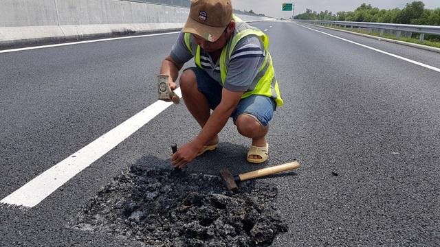 Công nhân dùng búa đục những điểm xuất hiện ổ gà trên cao tốc