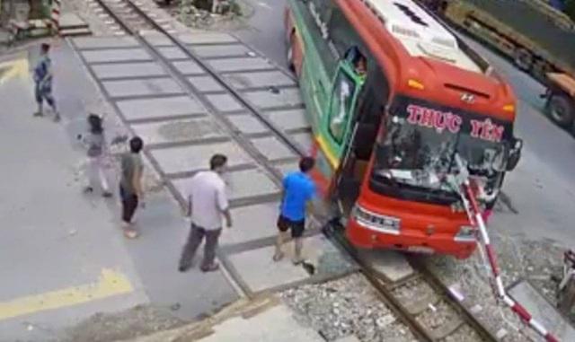 Chiếc xe khách bị cần chắn xuyên thủng kính.