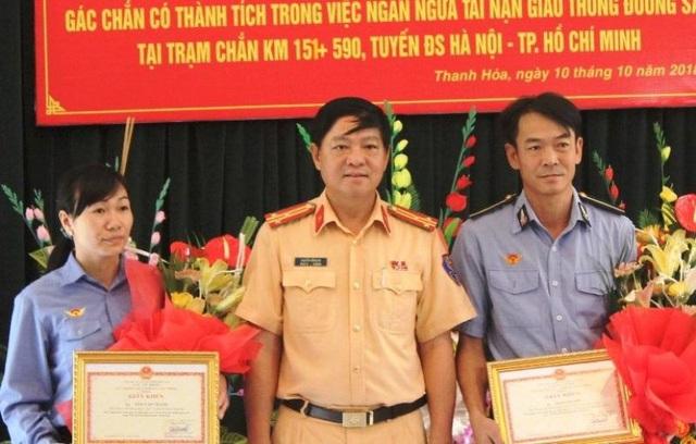 Lãnh đạo Cục CSGT trao giấy khen cho hai nhân viên Thái Văn Thành và Trần Thị Nhẽ.