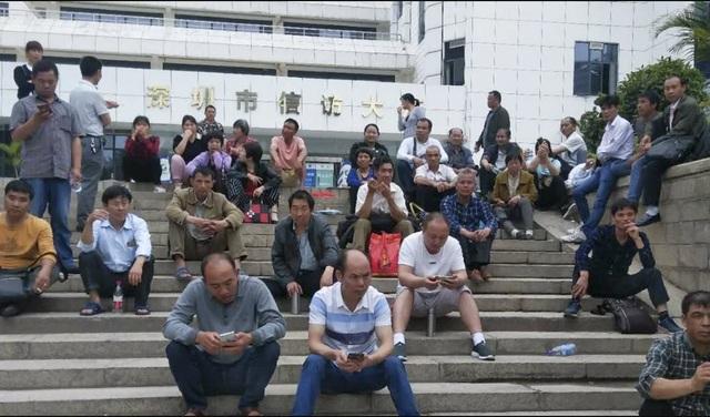 Lao động nhập cư ngồi tước một trụ sở của chính quyền Thâm Quyến (Ảnh: SCMP)