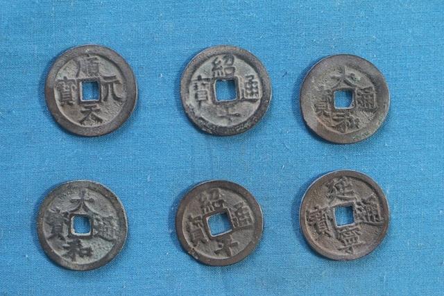 Những đồng tiền cổ vừa được phát hiện ở xã Vĩnh Lộc