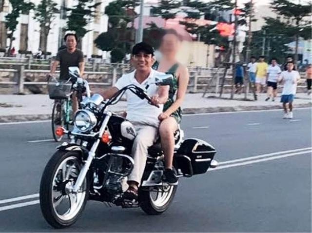 Hình ảnh cháu T.B. ngồi trên xe mô tô cùng Kiểm đang bị lan truyền trên mạng