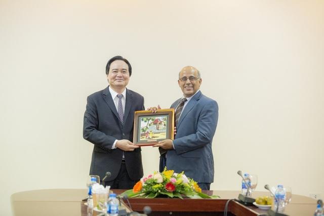 Bộ trưởng Phùng Xuân Nhạ và ông Youssouf Abdel-Jelil, Trưởng đại diện Quỹ nhi đồng Liên hợp quốc tại Việt Nam.