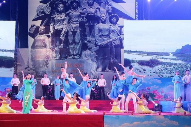 """Ngay sau lễ kỷ niệm đã diễn ra Chương trình nghệ thuật đặc biệt """"Hà Nam đất mẹ anh hùng"""" gồm ba chương: Người Cộng sản kiên trung; Mười bông hoa thép; Hà Nam hội nhập và phát triển"""