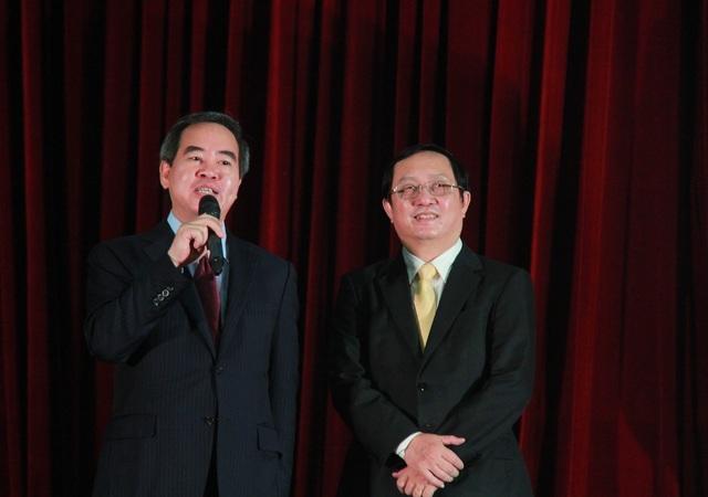 Ông Nguyễn Văn Bình, Trưởng ban Kinh tế Trung ương kể câu chuyện của mình để truyền thông điệp cho sinh viên. (Ảnh: M. Quang)