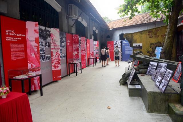 """Tại Di tích lịch sử Nhà tù Hỏa Lò đang diễn ra triển lãm """"Hà Nội – Ngày trở về"""" nhân kỷ niệm 64 năm Ngày Giải phóng Thủ đô (10/10/1954 - 10/10/2018)."""