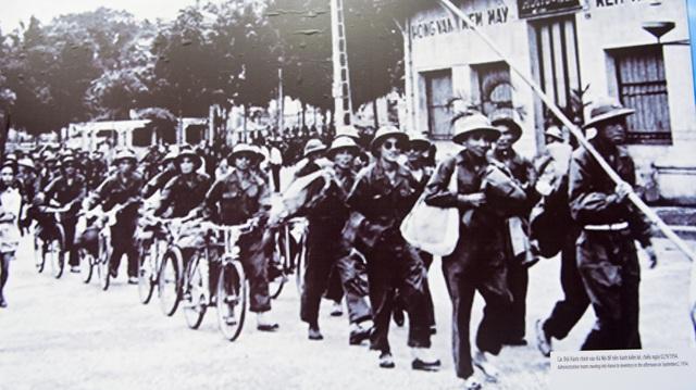 Thực hiện hiệp định chuyển giao Hà Nội, những ngày đầu tháng 10/1954, 422 cán bộ thuộc Đội Hành chính và 158 chiến sỹ công an thuộc Đội Trật tự đã cùng quân Pháp tiến hành bàn giao từng cơ quan, công sở, công trình công cộng. Từ ngày 08/10/1954, 214 cán bộ chiến sỹ Tiểu đoàn Bình Ca thuộc Trung đoàn Thủ đô tiến vào Hà Nội, cùng canh gác với lính Pháp tại 35 địa điểm trọng yếu như: Phủ Thủ hiến Bắc Việt, Dinh Quốc trưởng, Bệnh viện Bạch Mai...