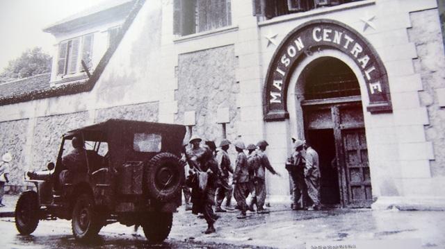 Quân đội vào tiếp quản nhà tù Hỏa Lò.