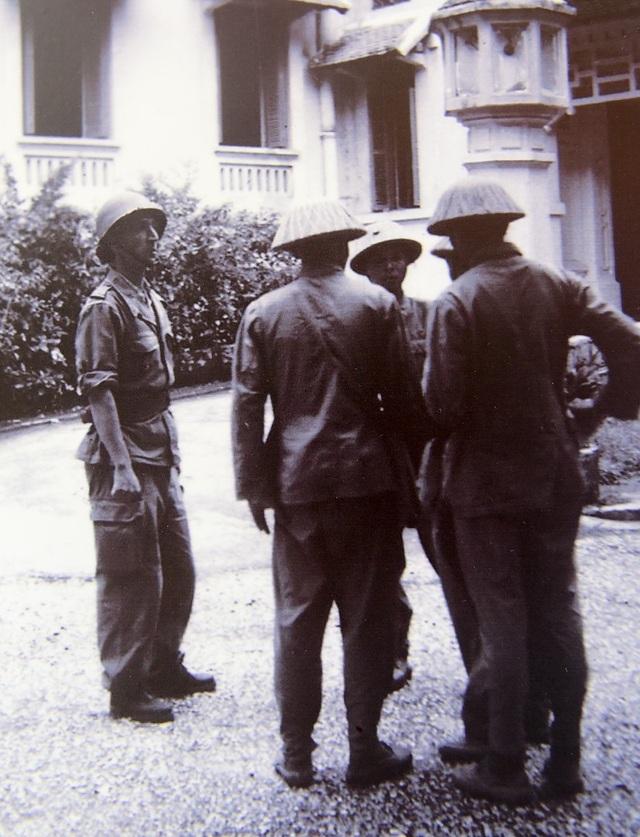 Sỹ quan Pháp hướng dẫn bộ đội Việt Nam khi vào tiếp quản nhà Tài Chính (nay là trụ sở Bộ Ngoại Giao), ngày 09/10/1954.