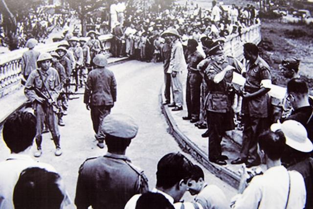 Bộ đội tiến lên cầu Long Biên chuẩn bị vào tiếp quản Thủ đô.