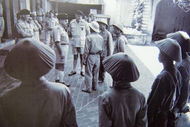 Quân đội Việt Nam tiếp quản Bót Hàng Trống, trung tâm chỉ huy của cảnh sát Pháp ở Hà Nội.