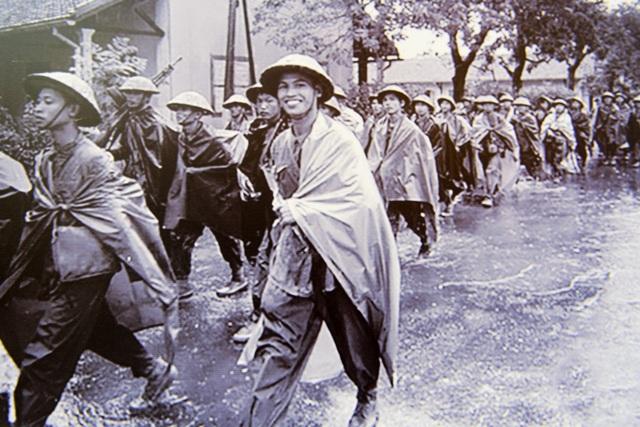 Quân đội Việt Nam tiến vào tiếp quản Thủ đô trong cơn mưa mùa thu lất phất.