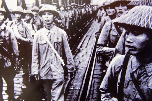 Tiểu đoàn Bình Ca trên cầu Đuống tiến về Hà Nội, ngày 08/10/1954.