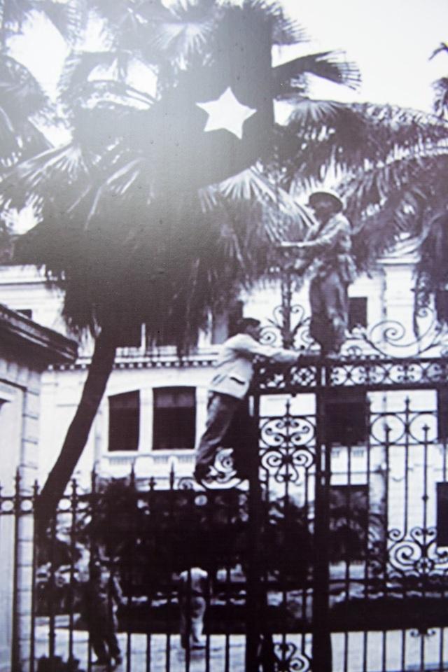Bộ đội treo cờ sau khi tiếp quản Phủ Thủ hiến Bắc Việt (nay là Nhà khách Chính Phủ).
