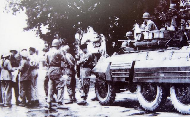 Quân đội Pháp bàn giao cho cán bộ Trung đoàn Thủ đô tiếp quản khu Ba Đình ngày 09/10/1954.