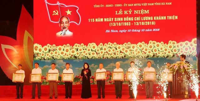 Nhân dịp này, Quyền Chủ tịch nước Đặng Thị Ngọc Thịnh đã trao tặng danh hiệu Anh hùng lực lượng vũ trang nhân dân do Nhà nước truy tặng cho 9 nữ liệt sỹ dân quân pháo phòng không Lam Hạ, Hà Nam.