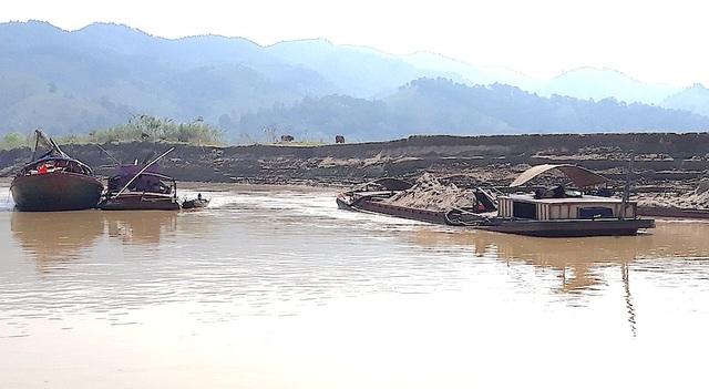 Nhiều xa lan hút cát sạn ngang nhiên hút ngay tại chân bờ sông Lam gây sạt lở nghiêm trọng.
