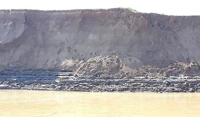 Theo người dân tại đây, tình trạng sạt lở trở nên nghiêm trọng một phần do thiên tai, lũ lụt. Ngoài ra còn có tác động của hoạt động khai thác cát trái phép, hay còn gọi là cát tặc.
