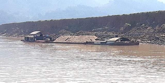 """Trong quá trình ghi nhận thực trạng sạt lở tại khúc sông này, phóng viên phát hiện nhiều tàu hút cát vẫn miệt mài đưa những """"vòi rồng"""" cắm sâu xuống lòng sông theo từng tiếng gầm rú của động cơ, cát được bơm lên tàu ào ào."""
