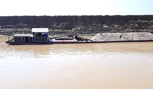 Nguyên nhân hàng năm bị sạt lở là do tàu thuyền khai thác cát sạn ngày càng nhiều, lại hút gần bờ sông nên gây ra tình trạng sạt ở nghiêm trọng.