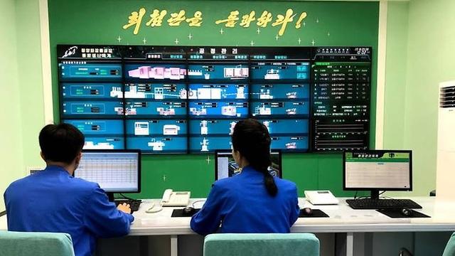 Các công nhân tại nhà máy mỹ phẩm Triều Tiên giám sát quy trình hoạt động.
