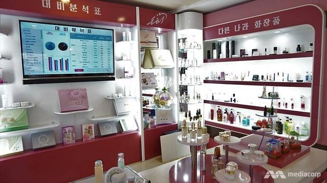 Khu vực trưng bày tất cả mỹ phẩm của các thương hiệu trên thế giới tại nhà máy ở Bình Nhưỡng.