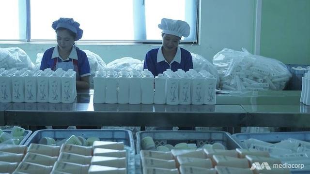 Các công nhân làm việc tại nhà máy mỹ phẩm Triều Tiên.