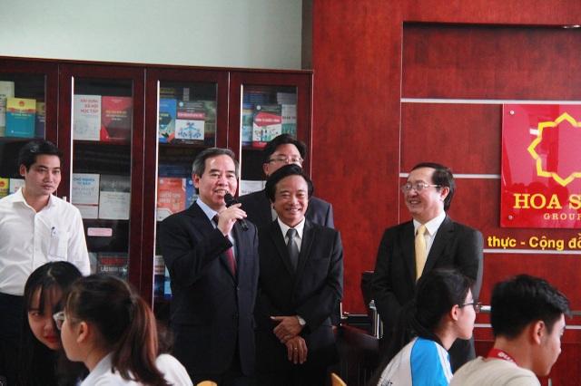 Trưởng ban Kinh tế Trung ương thăm lớp học của trường ĐH Kinh tế Luật - ĐHQG TPHCM (ảnh: M.Quang)