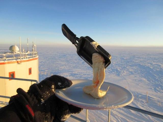Chảo đựng đồ ăn cũng đông cứng trước khi món ăn chảy xuống đĩa.