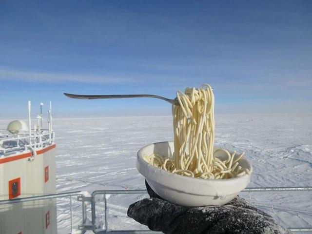 Món mỳ đã hóa đá khi nhà khoa học có ý định đứng ăn ở ngoài trời.