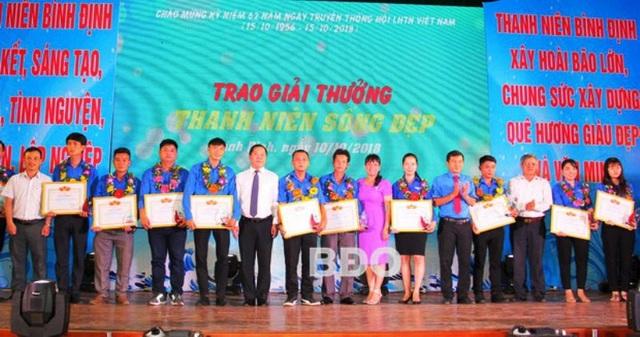 """Trao tặng Giải thưởng 15-10 và """"Thanh niên sống đẹp"""" cho 14 gương cán bộ Hội, hội viên, thanh niên tiêu biểu trong thực hiện các phong trào, cuộc vận động do Hội phát động."""
