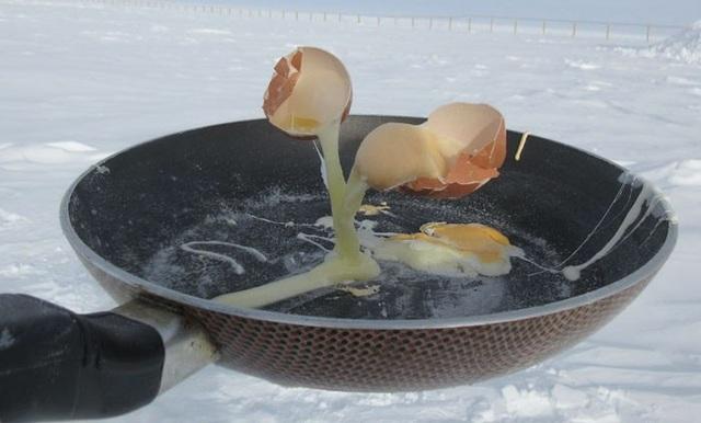 Còn đây là chảo trứng rán. Những quả trứng vừa đập, chưa kịp rơi xuống lòng chảo đã đóng đá.