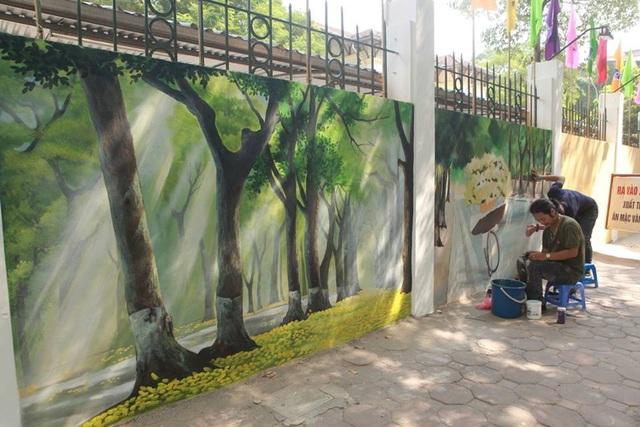 Bức tranh bích họa gồm 28 tác phẩm, trong đó ngoài 3 bức tranh về trường THPT Phan Đình Phùng, 25 bức còn lại về chủ đề Thăng Long Hà Nội xưa. Các bức tranh đều được các họa sỹ vẽ trên tường bao quanh trường.