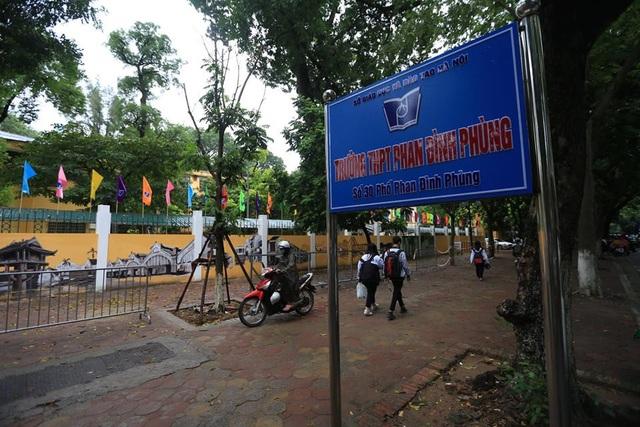 Mới đây nhiều người đi qua phố Phan Đình Phùng (Hà Nội) không khỏi ngỡ ngàng trước bức tranh bích họa tái hiện Hà Nội xưa.