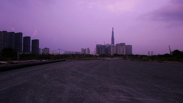 Đứng trên con đường hình vòng cung phía Đông vị trí nhà hát, có thể nhìn thấy rõ tòa nhà Landmark