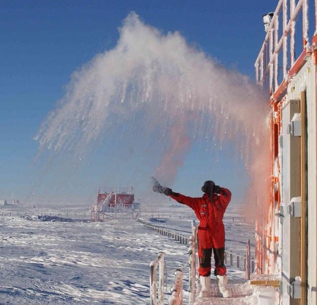 Còn đây là thí nghiệm dội nước nóng lên không trung.