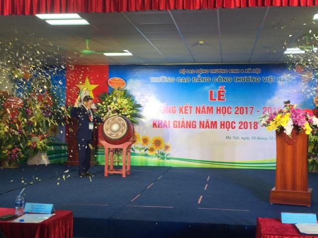 Tiến sĩ Nguyễn Duy Đô, Hiệu trường Trường Cao đẳng Công thương Việt Nam đánh trống khai giảng năm học mới. Ảnh Mai Nhung