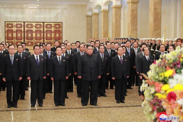 """Năm nay, Triều Triên dường như khá """"im ắng"""" trong việc tổ chức kỷ niệm ngày thành lập đảng. Truyền thông nước này vẫn đang tập trung đưa tin về sự phát triển của nền kinh tế. Ngày 10/10/2015, Triều Tiên đã tổ chức lễ duyệt binh quy mô lớn có sự xuất hiện của tên lửa đạn đạo liên lục địa."""