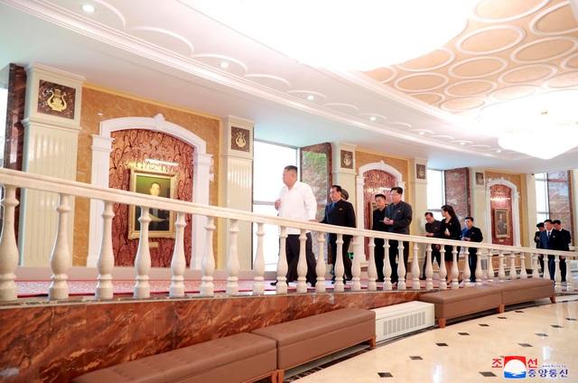 """""""Nhà hát nằm bên bờ sông Pothong đã được lột xác với diện mạo mới và trở thành trung tâm văn hóa, xứng đáng là một công trình hoành tráng thể hiện sức mạnh của nghệ thuật Triều Tiên"""", KNCA viết."""