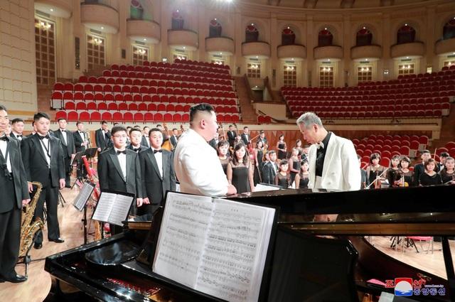"""Theo KCNA, ông Kim đã trực tiếp đưa ra các chỉ đạo với ban quản lý nhà hát nhằm chuẩn bị cho lễ khánh thành của công trình. Ông cho rằng đây là một nhà hát có kiến trúc và nội thất """"đẹp đẽ và tinh tế, tráng lệ"""", là sự kết hợp giữa trường phái thẩm mỹ cổ điển và hiện đại. Yonhap cho biết, nhân dịp này, nhà lãnh đạo Triều Tiên đã tặng cho nhà hát một cây đàn dương cầm."""