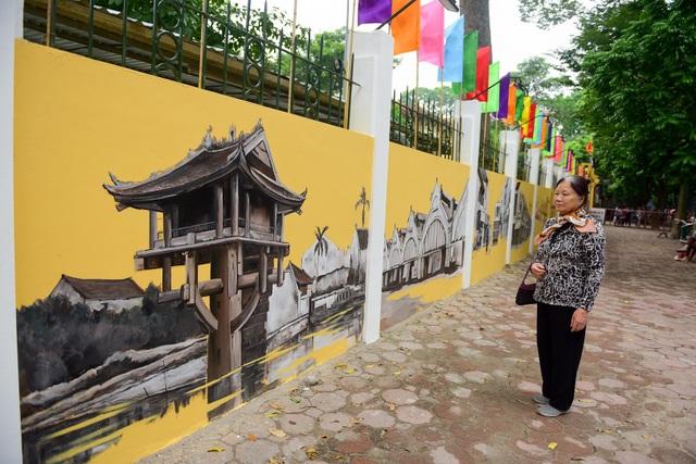 Mỗi ô tường nhỏ là một bức tranh, từ hàng cây quen thuộc của phố Phan Đình Phùng đến cầu Long Biên, phố cổ Hà Nội, chùa Một Cột, những gánh hàng hoa...