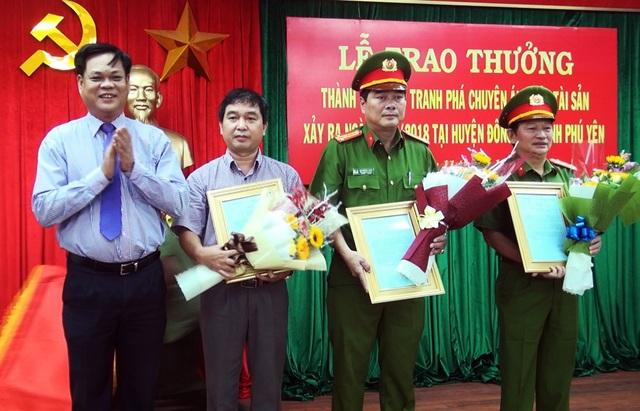 Ông Huỳnh Tấn Việt gửi thư khen và tiền thưởng cho các đơn vị