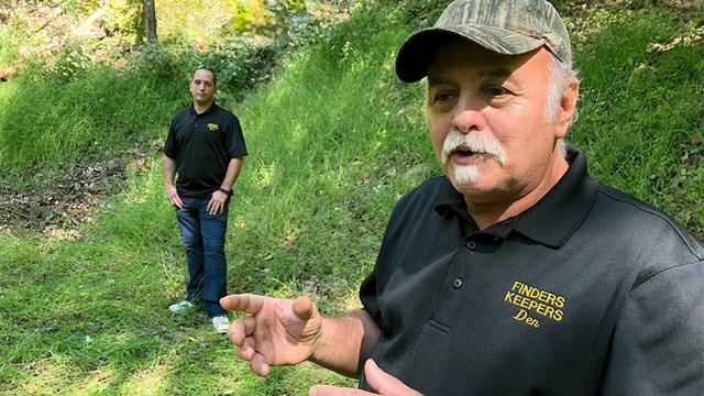 Ông Dennis Parada và con trai Kem Parada đứng tại khu vực mà FBI khai quật. (Nguồn: Fox News)