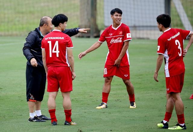 HLV Park Hang Seo chỉ đạo sát sao các học trò - Ảnh: Gia Hưng