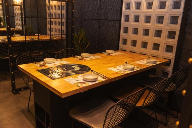 Không gian nhà hàng rất hiện đại và trẻ trung.