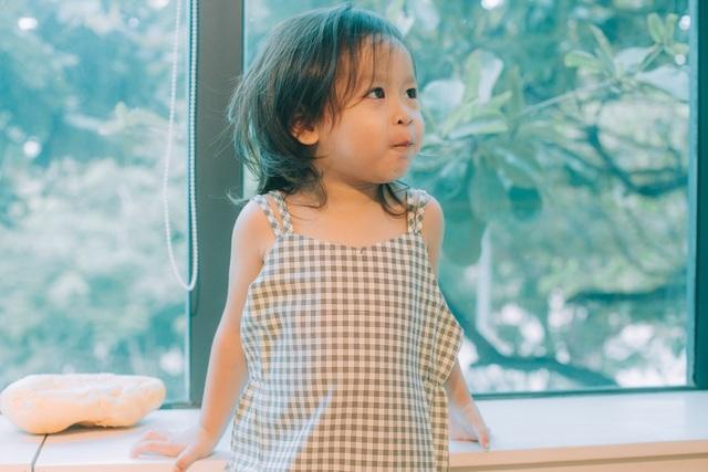 """Misu rất hài hước, nghịch ngợm và nghịch đến mức chưa bao giờ thấy bé giống một đứa con gái. """"Giang trông Misu mệt gấp 2 lần trông một đứa con trai"""" – nữ ca sĩ Lưu Hương Giang hài hước chia sẻ về con gái thứ 2 của mình."""