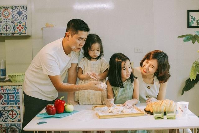 Trong bộ ảnh gia đình mới nhất, cặp đôi lần đầu tiên chia sẻ về hình ảnh của con gái thứ 2 – bé Misu.