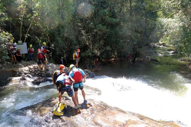 Du khách tham gia trò chơi mạo hiểm đu dây vượt thác tại thác Datanla Đà Lạt