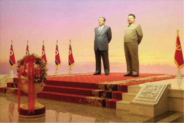Ngày 11/10, KCNA thông báo ông Kim Jong-un cùng các quan chức thân tín cũng đã tới thăm và đặt hoa tưởng niệm tại Cung kỷ niệm Kumsusan, nơi yên nghỉ cuối cùng của 2 nhà cố lãnh đạo Kim Il-song và Kim Jong-il ở Bình Nhưỡng. Hộ tống ông Kim Jong-un có ông Choe Ryong-hae, phó Chủ tịch Ủy ban trung ương đảng Lao động Triều Tiên và bà Kim Yo-jong, em gái nhà lãnh đạo Kim Jong-un, Ủy viên dự khuyết Bộ Chính trị Ban Chấp hành Trung ương đảng.
